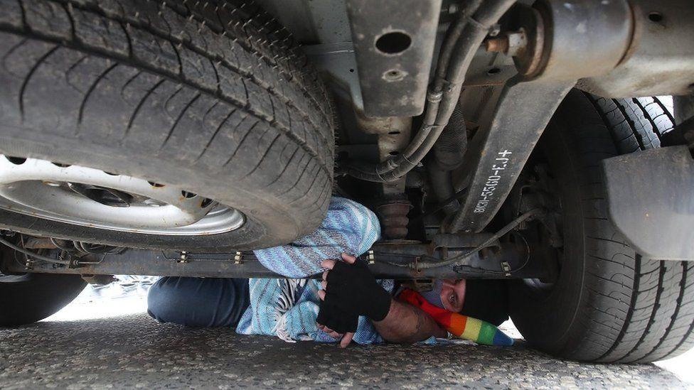 Um dos manifestantes ficou debaixo da van. Foto: PA MEDIA
