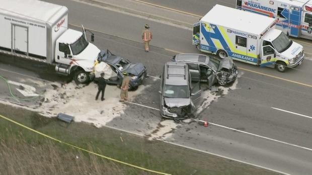 Um morto e outras quatro pessoas feridas após acidente na Highway 6