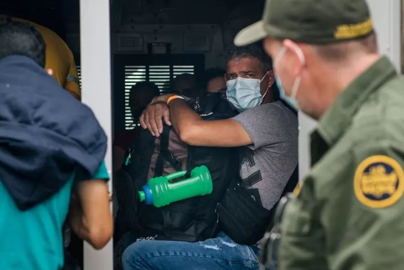 Estados Unidos deportam 106 brasileiros ilegais