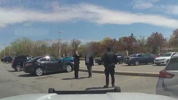 (VÍDEO) Assista a prisão do homem que deixou o filho, de 12 anos, dirigindo em seu lugar na região de York