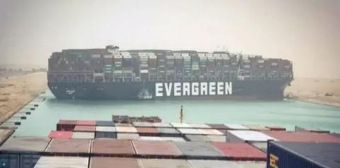 Navio cargueiro com 200 mil toneladas de mercadoria encalha no Canal de Suez