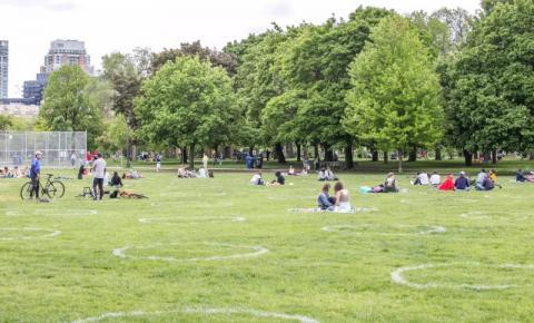 Círculos de distanciamento físico retornando à parque popular de Toronto