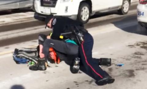 Policial é preso e acusado após agredir um jovem de 20 anos