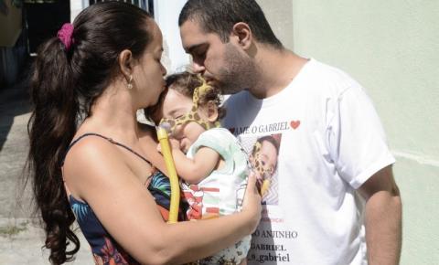Pais organizam campanha para salvar a vida de seu filho portador de doença rara