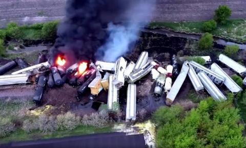 (VÍDEO) Trem de carga descarrila e pega fogo nos Estados Unidos