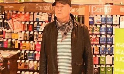 Bruce Willis é convidado a se retirar de farmácia após se recusar a usar máscara