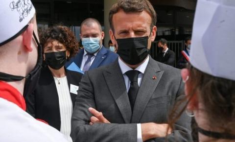 Presidente francês Emmanuel Macron leva tapa no rosto durante visita a Drome