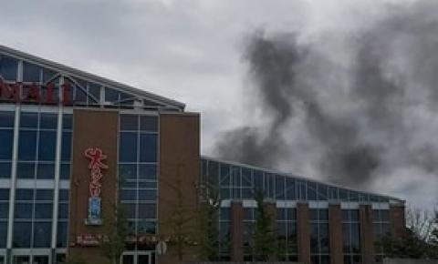 Pacific Mall, em Markham, foi envolto por uma forte fumaça após um incêndio no telhado