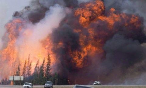 B.C. declara estado de emergência à medida que os incêndios florestais aumentam, forçando mais evacuações