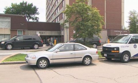 Investigação de morte suspeita em andamento após duas pessoas serem encontradas mortas no apartamento de East York