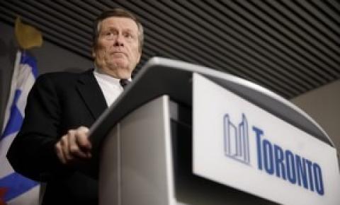 O prefeito Tory visita mesquita vandalizada em Toronto
