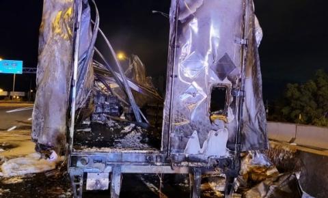 As pistas da QEW com destino a Toronto reabrem parcialmente perto de Burlington após um grande incêndio envolvendo um caminhão carregado com baterias