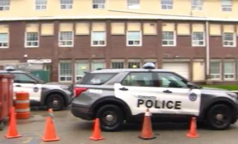 Homem morto após esfaqueamento no prédio de apartamentos da área de Coxwell e Gerrard