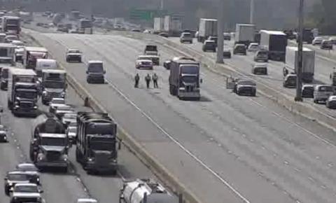 Pedestre atropelada por caminhão nas vias expressas da Rodovia 401