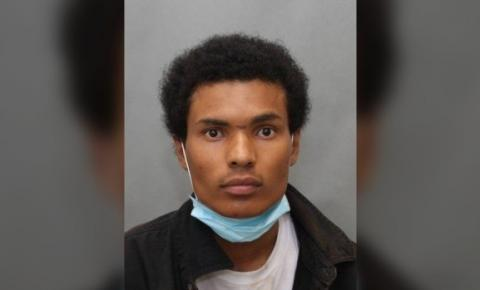 Homem com machado invadiu casa de North York, roubou joias e tomou banho