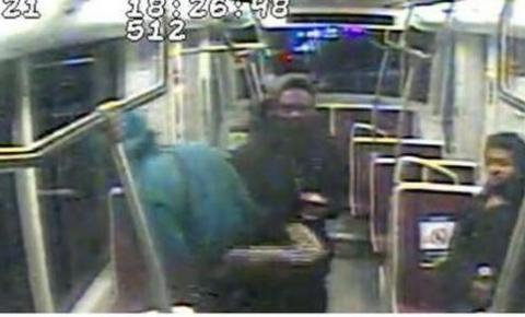Polícia de Toronto divulga foto de três homens acusados de assaltar um idoso