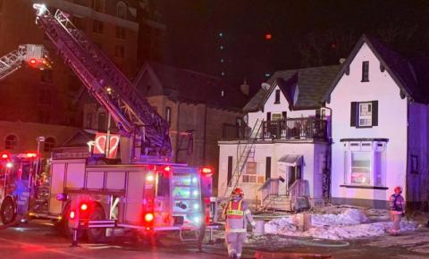 Casa de dois andares pega fogo em Brampton e 2 ficam feridos, um em estado grave