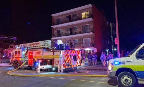 1 morto e 1 gravemente ferido após incêndio em complexo de apartamentos de Hamilton