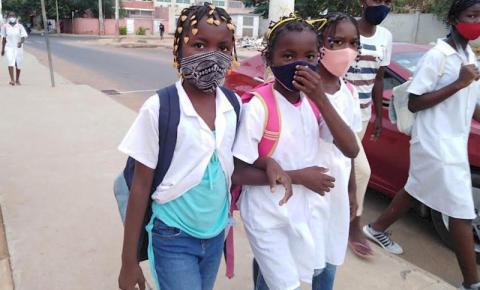 Alunos do ensino primário voltam às aulas na Angola