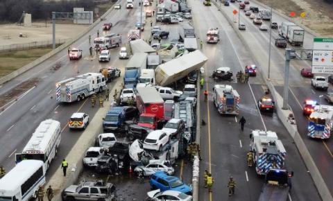 (Vídeo) 6 mortos após engavetamento com 130 veículos em rodovia coberta de gelo, no Texas