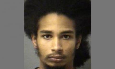 Homem acusado de envolvimento em quatro roubos é procurado pela polícia