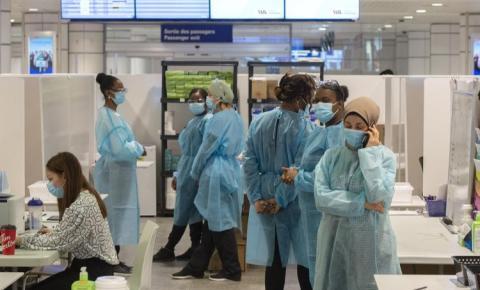 Infecções Covid-19 triplicaram entre os profissionais de saúde no Canadá