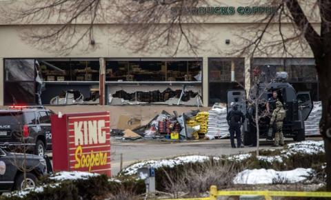 """""""Ele simplesmente entrou e começou a atirar"""", diz sobrevivente de ataque a tiros que deixou 10 mortos em shopping do Colorado"""