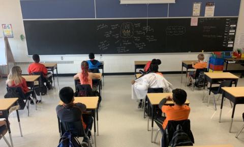 Peel fecha escolas e inicia aulas remotas nesta terça-feira