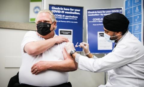 Doug Ford recebe a primeira dose do imunizante Covid-19; premier tomou vacina AstraZeneca