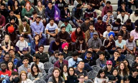 Estudantes internacionais poderão renovar autorização de trabalho de pós-graduação vencida