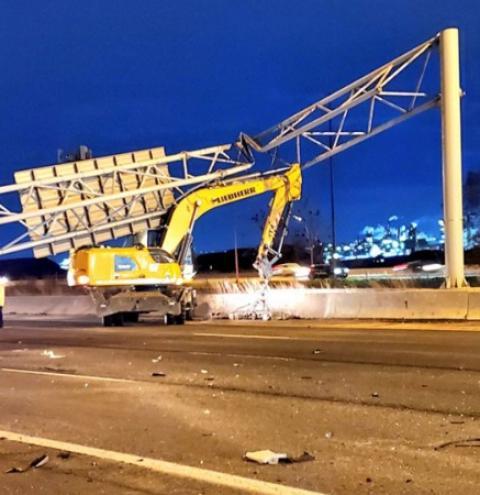 Carro é esmagado por placa rodoviária entre Burlington e Hamilton e motorista morre