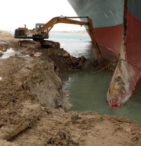 Desencalhar navio no Canal de Suez pode levar semanas, diz especialista